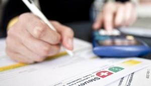 schweizer-lohnbezueger-zahlen-leicht-mehr-steuer-und-sozialabgaben-124184810